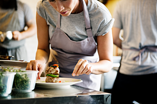 Orderbird img pro chef prepares dish