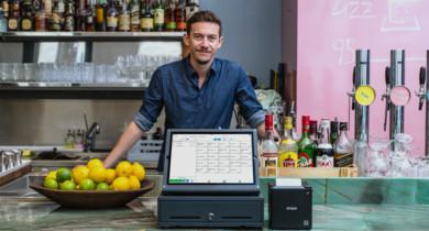 orderbird-Testimonial Fridolin mit dem iPad-Kassensystem in seiner Bar
