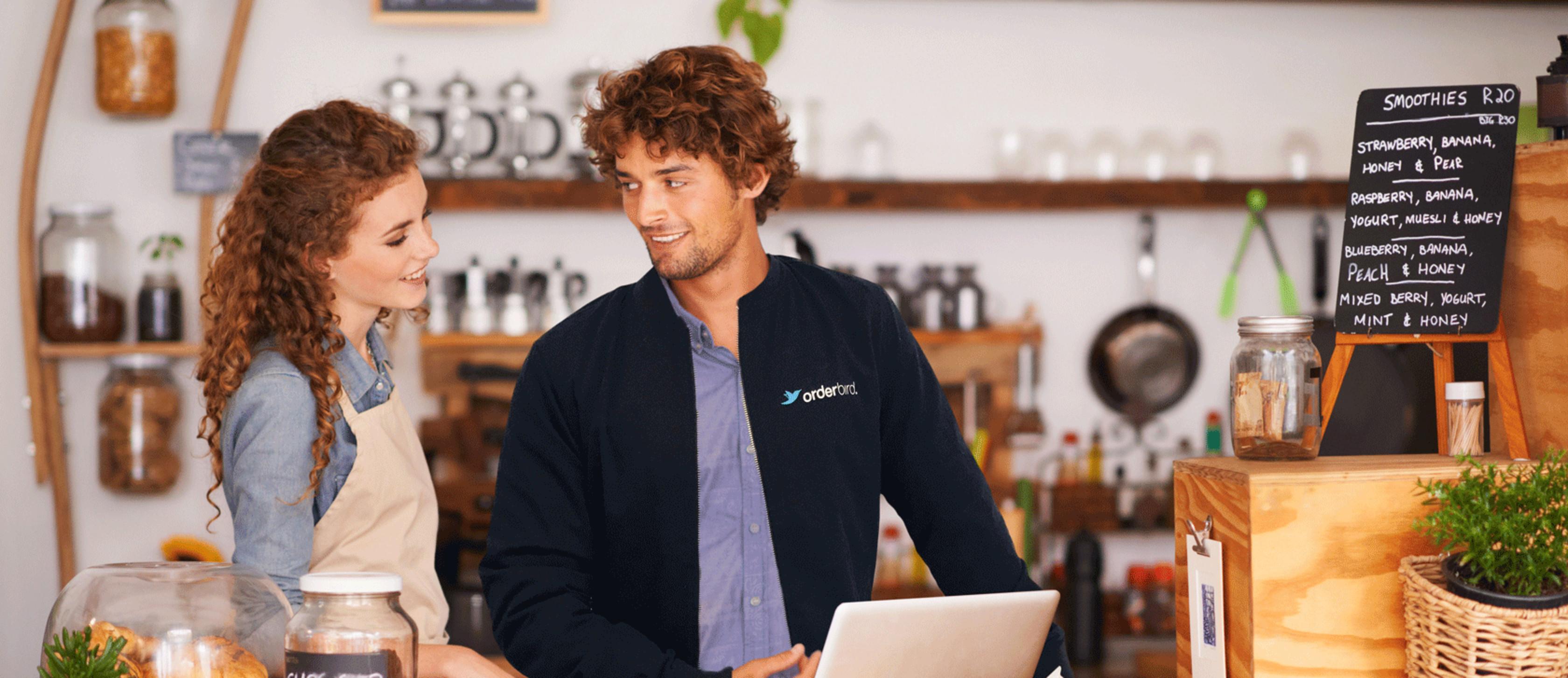 orderbird Mitarbeiter im Gespräch mit Gastronom