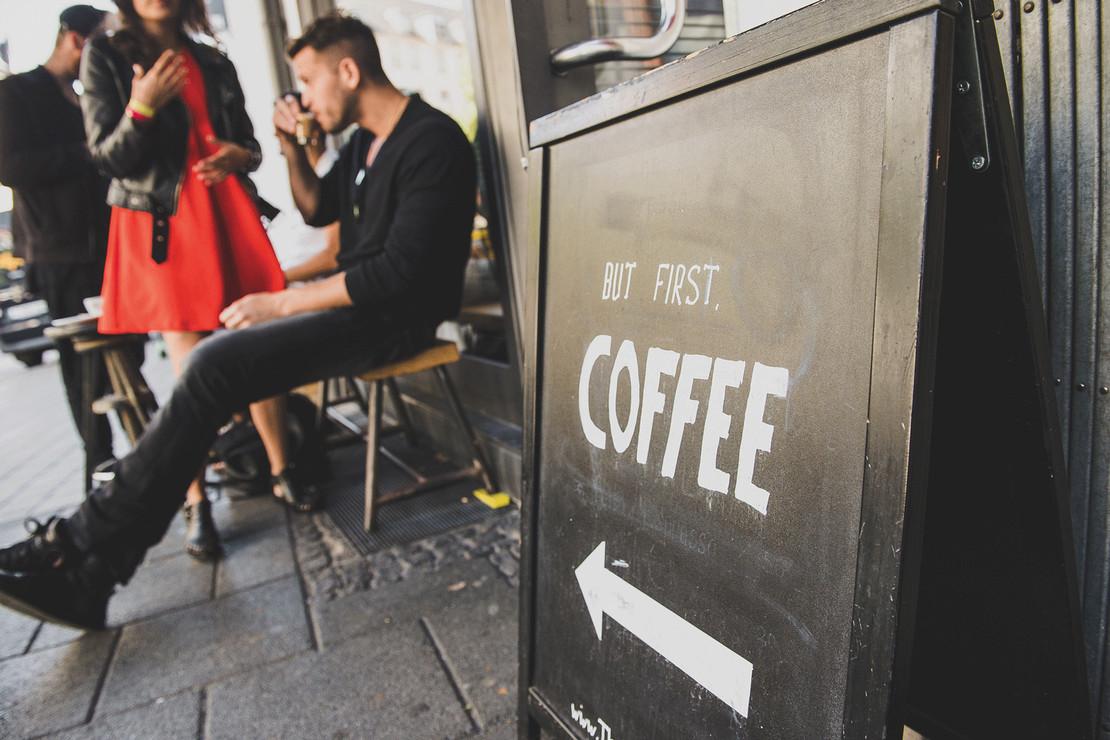 Gäste beim Kaffee trinken in der Espresso Bar Frankfurt
