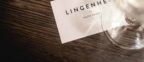 Lingenhel Visitenkarte unter einem Weinglas