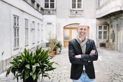 Johannes Lingenhel vom Restaurant Lingenhel in einem Innenhof