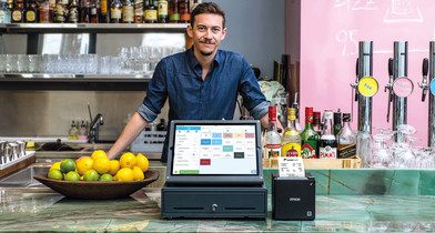Fridolin in seiner Wiener Bar Miranda mit dem orderbird iPad-Kassensystem