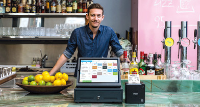 Fridolin vom Miranda Wien mit dem iPad-Kassensystem von orderbird