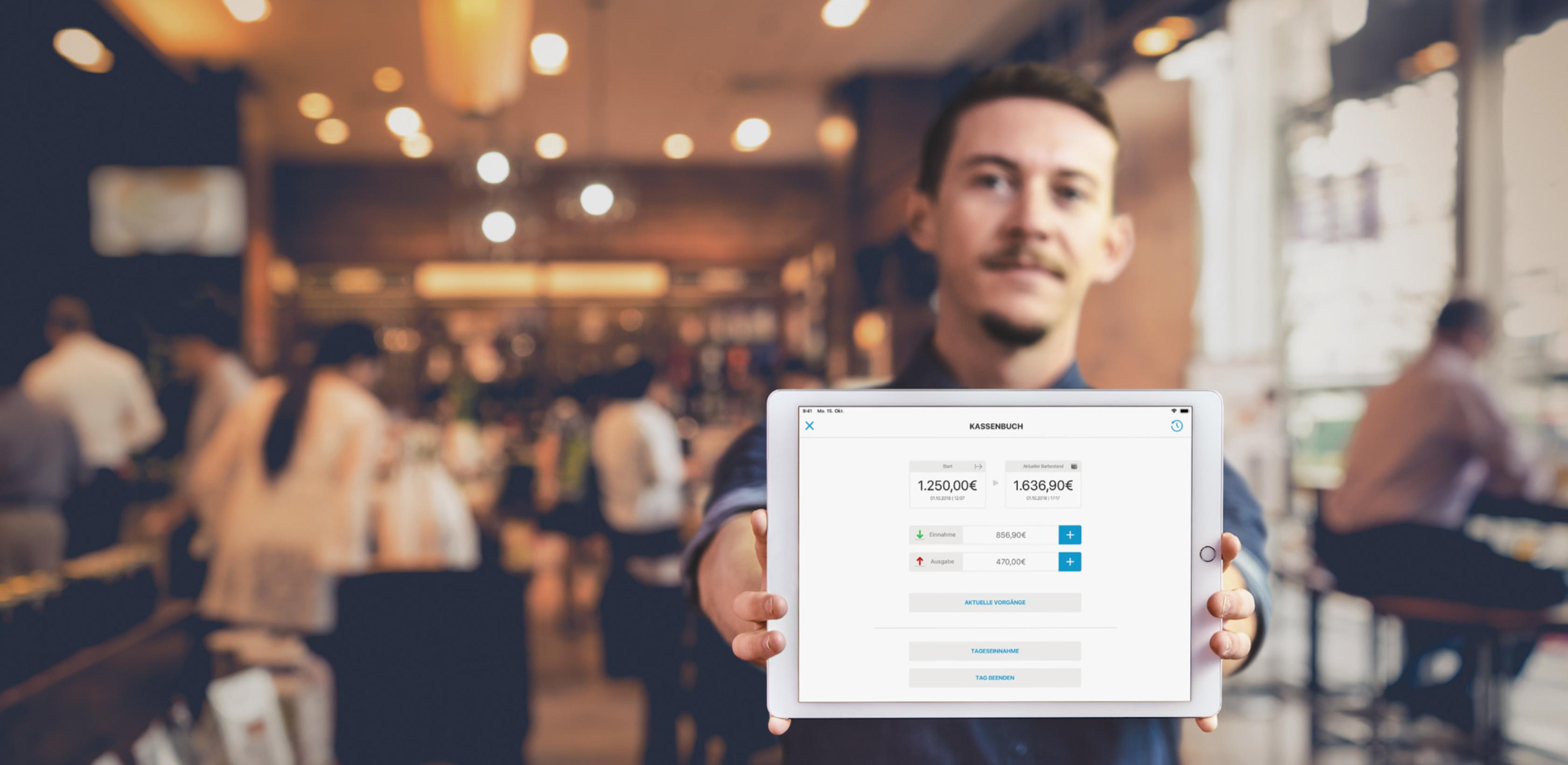 Gastronom zeigt orderbird Kassenbuch auf einem iPad