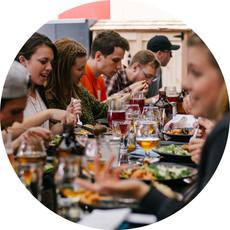 Gäste essen im Restaurant. Später können sie mit Kartenzahlung zahlen.