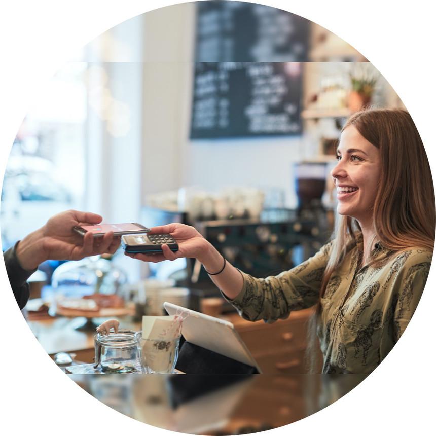 Ein Gast zahlt mittels NFC, der Gastronom akzeptiert die Zahlung mit orderbird Pay CH
