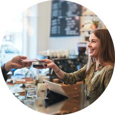 Ein Gast zahlt mittels NFC, der Gastronom akzeptiert die Zahlung mit orderbird Pay