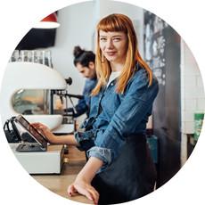 Eine Kellnerin nutzt das Kassensystem von orderbird in einem Café